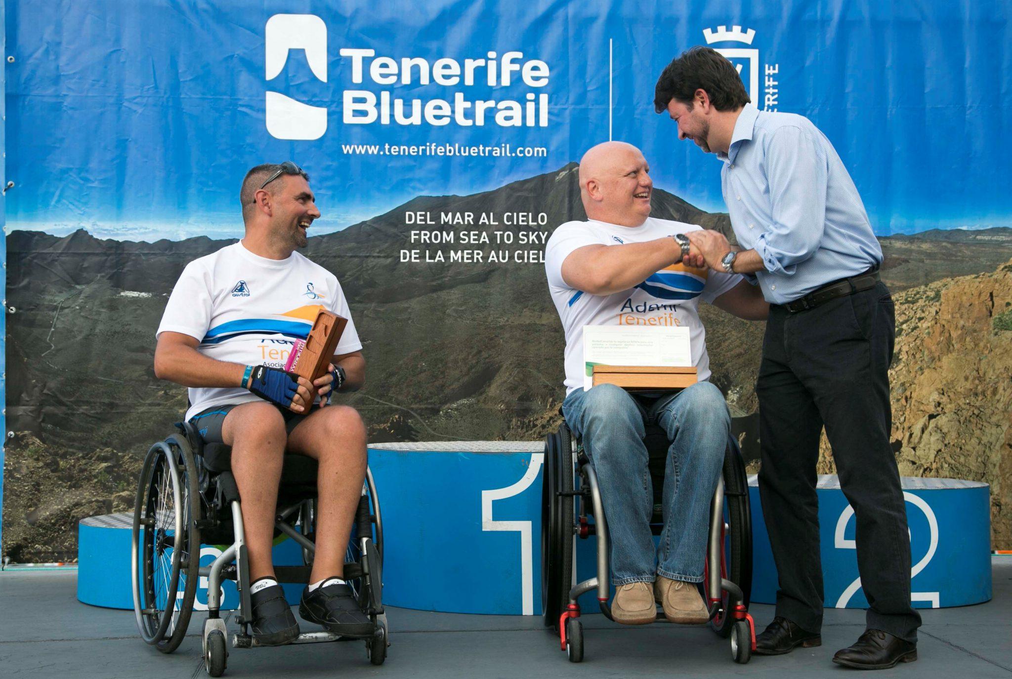 Los vencedores de la versión Adaptada de la Tenerife Bluetrail 2013 y el presidente del Cabildo, Carlos Alonso