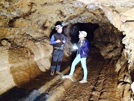 La presentadora del programa Jenn Barlow, en su visita a la Cueva del Viento de Icod.