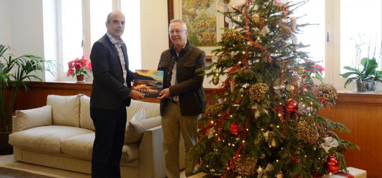 El Cabildo reconoce la fidelidad de un turista belga que ha visitado Tenerife 50 veces
