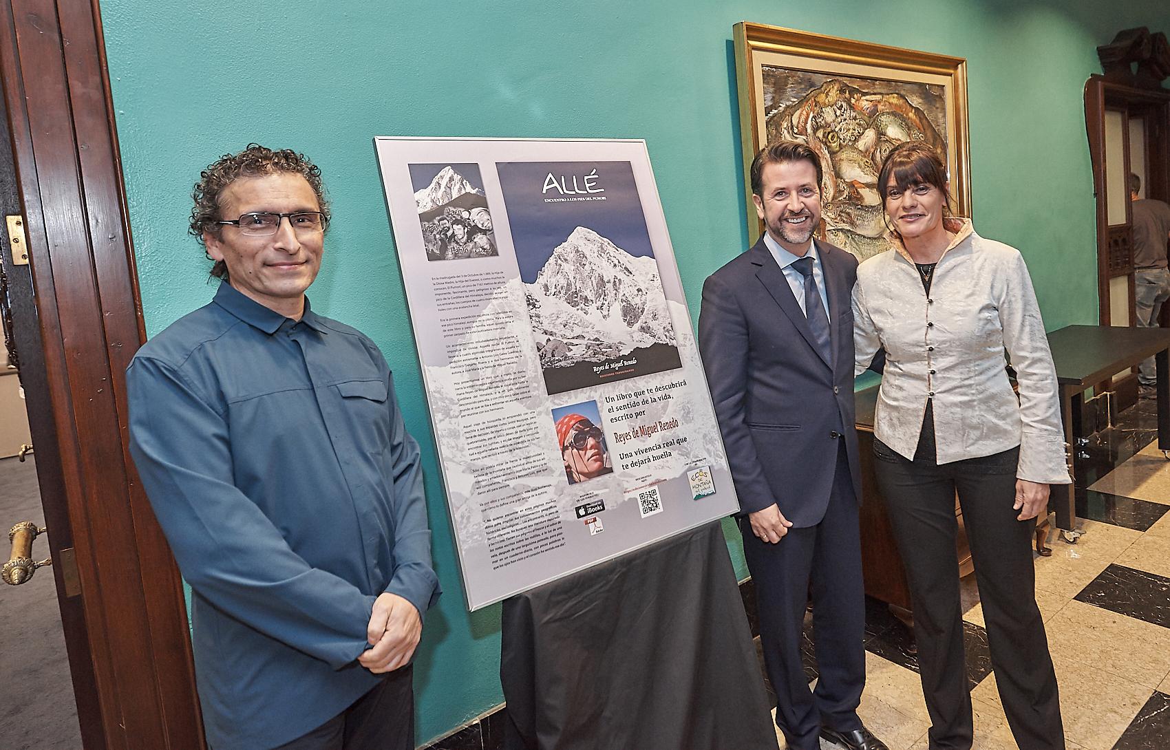 Foto del presidente del Cabildo Carlos Alonso y la La montañera Reyes de Miguel