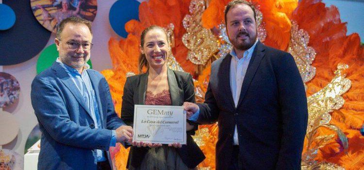 Martín Plata entrega a la Casa del Carnaval el premio GEMmy 2019